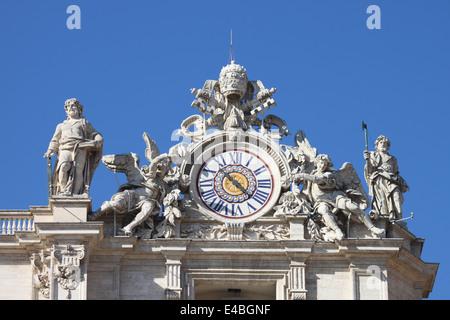 Uhr auf der Fassade der Basilika Sankt Peter. Rom, Italien - Stockfoto