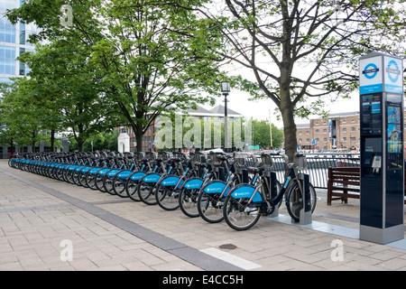 Barclays gesponsert Fahrradverleih Station am Fishermans gehen West, London - Stockfoto