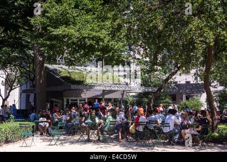 Massen von Burger-Liebhaber am Shake Shack im Madison Square Park zu Mittag essen - Stockfoto