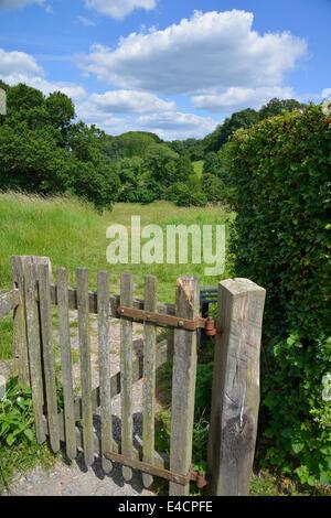 Holz- picket Tor durch Landschaft in Selborne, Hampshire, England, UK zu Wanderweg - Stockfoto