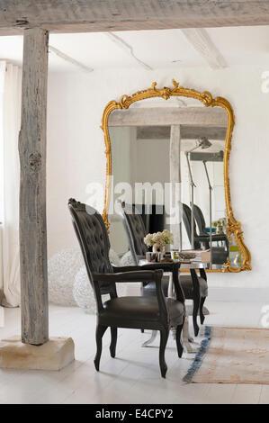... Paar Louis XV Sessel Entworfen Von Pieter Jamart Weiße Offene Wohnraum  Mit übergroßer Vergoldete Gerahmte Spiegel