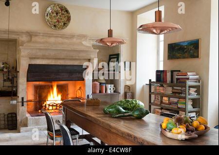 provenzalische k che mit gro er kamin und esstisch aus holz die kupfer pendelleuchten sind ein. Black Bedroom Furniture Sets. Home Design Ideas