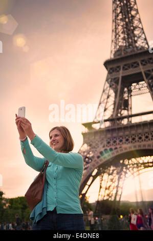 Reife Frau, die ein Selbstporträt mit dem Eiffel Turm paris - Stockfoto