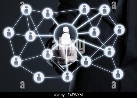 Geschäftsmann, Soziales Netzwerkverbindungen auf futuristischen Touch-Screen-Display navigieren - Stockfoto