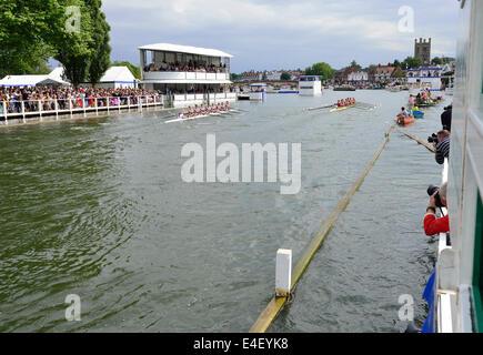 Fotografen auf Feld Fortschritt erfassen das Rennen am Ende Pfosten 175 th anlässlich der Henley Royal Regatta. - Stockfoto