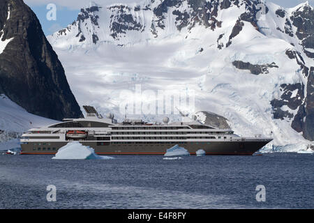 Tourist-Liner Segeln unter Eisberge in der Antarktis auf einem Hintergrund von Bergen - Stockfoto