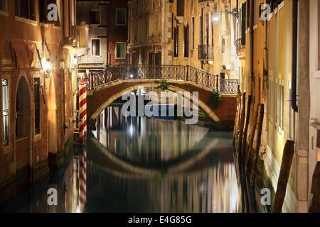 Venedig-Brücke und Kanal in der Nacht - Stockfoto