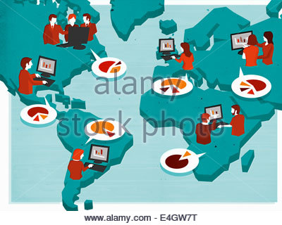 Geschäftsleute, die mit Computern, Austausch von Informationen über Weltkarte - Stockfoto