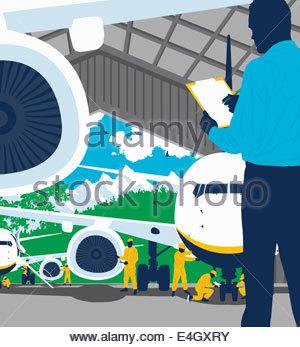 Ingenieur mit Zwischenablage überwachen Flugzeugmechaniker - Stockfoto