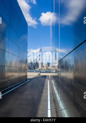 Empty Sky Memorial für die Opfer von 9/11 in der Liberty State Park, New Jersey mit One World Trade Center in New - Stockfoto