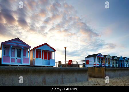 Strandhütten in Southwold an einem Sommerabend - Stockfoto