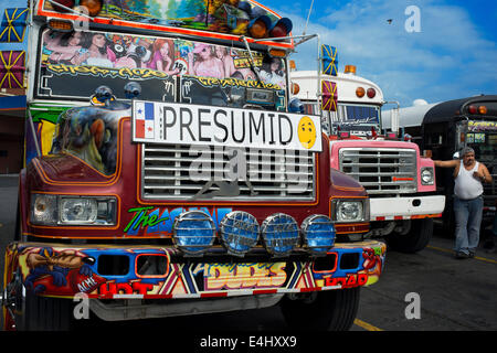 SELBSTGEFÄLLIG, EINGEBILDET, EITEL, SNOOSTY. BUS RED DEVIL DIABLO ROJO BEMALTEN BUS-PANAMA-STADT-REPUBLIK VON PANAMA. - Stockfoto