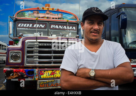 Fahrer des BUS RED DEVIL DIABLO ROJO bemalten BUS-PANAMA-Stadt-Republik von PANAMA. Albrok Busbahnhof terminal. - Stockfoto