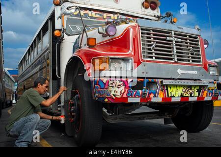 Dekorieren ein BUS RED DEVIL DIABLO ROJO bemalten BUS PANAMA Stadt Republik von PANAMA. Albrok Busbahnhof terminal. - Stockfoto