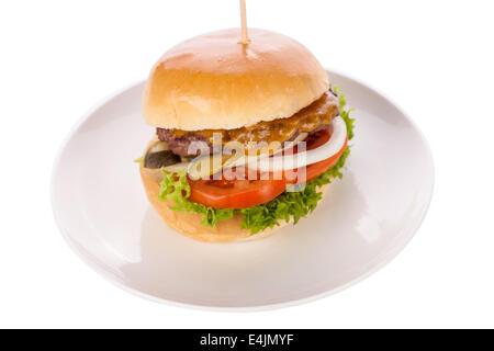 Köstliche getrimmte schlanke Portion Dicke gegrilltes Rindersteak mit Gewürzen, serviert auf einem weißen Teller - Stockfoto