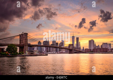 Skyline von New York City, USA bei Sonnenuntergang. - Stockfoto
