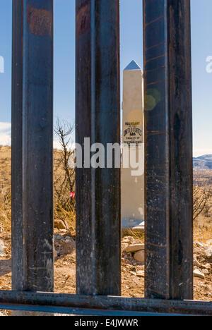 Nahaufnahme der US-Grenzzaun an der Grenze zu Mexiko, mit offiziellen Grenze Denkmal, 6 Meilen östlich von Nogales, - Stockfoto