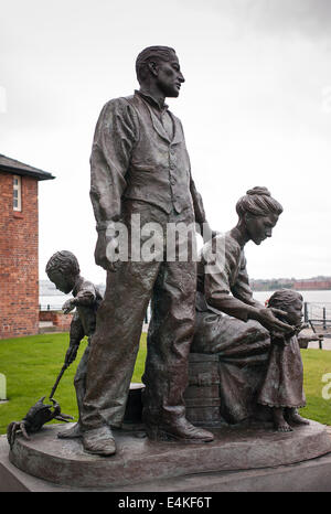 Statue in Liverpool Darstellung Auswanderer Familie bestimmt für ein neues Leben im Ausland möglicherweise Nordamerika - Stockfoto