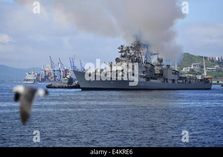 Wladiwostok, Russland. 13. Juli 2014. Der Lenkwaffenzerstörer, INS Ranvijay, kommt für die gemeinsame Marine-Übungen - Stockfoto