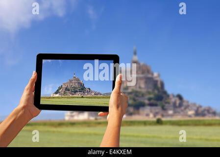 Mädchen fotografieren auf einem Tablet, Le Mont Saint Michel Abbey, Normandie / Bretagne, Frankreich - Stockfoto