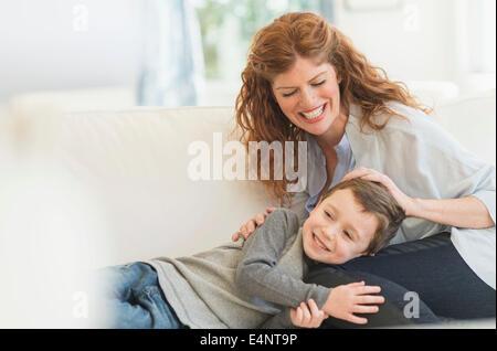 Mutter und Sohn (6-7) auf sofa - Stockfoto