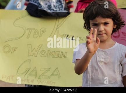Lahore, Pakistan. 15. Juli 2014. Die Kinder begleiten Sie während der Demonstration der pakistanischen Frauen Aktivisten - Stockfoto