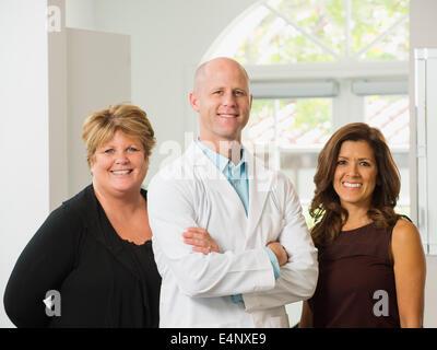 Porträt von Zahnarzt und Assistenten - Stockfoto