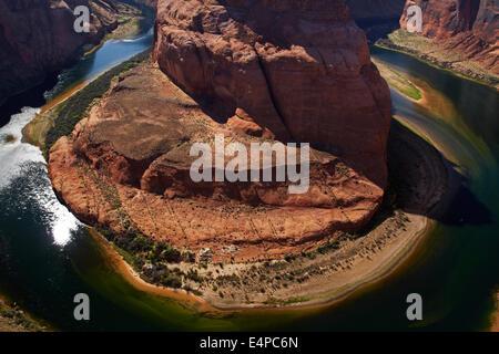 1000 ft Tropfen zum Colorado River am Horseshoe Bend, vor den Toren Grand Canyon in der Nähe von Page, Arizona, - Stockfoto