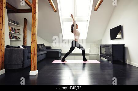 Frau Praktizieren Yoga Studio In Voller Lnge Portrait Von Gesunden Jungen Dame Gehen Training Zu Hause Fitness