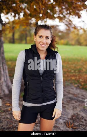 Porträt der jungen Sportlerin in Sportbekleidung, Blick auf die Kamera zu Lächeln. Schöne kaukasischen Frau Fitness - Stockfoto