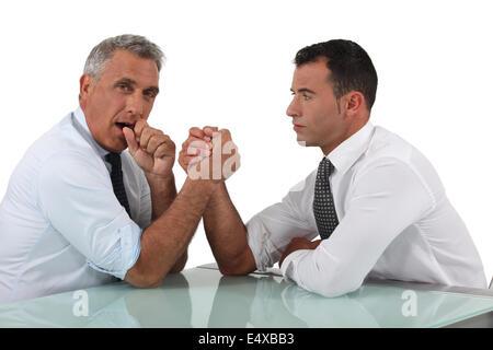 Geschäftsleute machen Armdrücken - Stockfoto