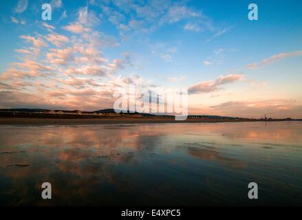 Sonnenuntergang am Strand von Aberavon Port Talbot, South Wales UK