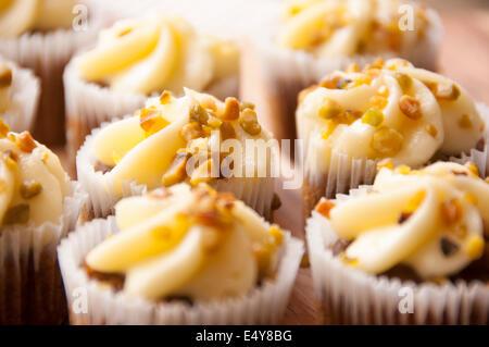 hausgemachte Möhrenkuchen mit Pistazien zerkleinert und bestreut an der Spitze - Stockfoto