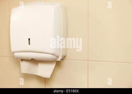Papierhandtuchspender im Badezimmer - Stockfoto