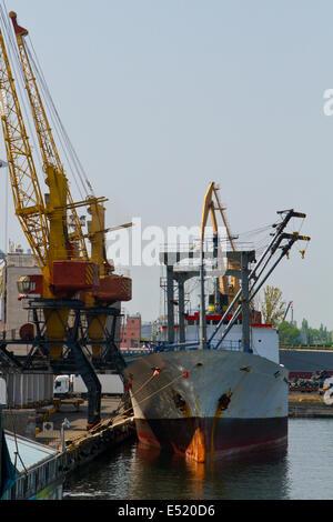 Schiff und Getreide Trockner im Hafen Odessa