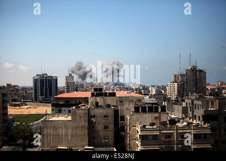 Gaza-Stadt, Palästinensische Autonomiegebiete. 18. Juli 2014.  Rauch steigt nach Zeugen Gesagte einem israelischen Luftangriff in Gaza-Stadt. Israel eine Kampagne Gaza Boden nach 10 Tagen der Bombardierungen aus der Luft und Meer nicht zu stoppen militanten Raketenangriffe, verstärkt eine Offensive, die bereits einen hohen Tribut im zivilen Leben genommen hat. Gaza-Bewohner und medizinische Beamte berichteten schweren Beschuss entlang der östlichen Grenze von der südlichen Stadt Rafah im Norden des Streifens. Bildnachweis: ZUMA Press, Inc./Alamy Live-Nachrichten