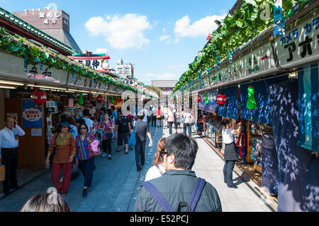 Menschen schauen und Einkaufen rund um den Anbietern außerhalb Sensoji-Tempel in Tokio. - Stockfoto