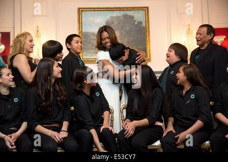 US-First Lady Michelle Obama umarmt ein Student von Lame Deer Junior High School, während ein Gruppenfoto vor dem - Stockfoto