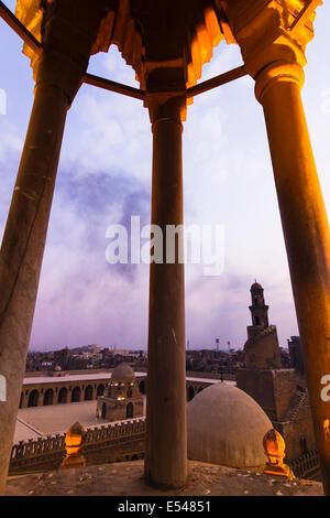 Ibn-Tulun-Moschee und Minarett bei Sonnenuntergang. Kairo, Ägypten - Stockfoto