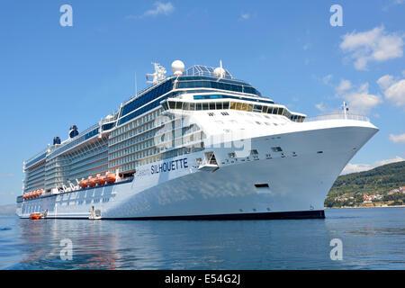 Celebrity Cruises Silhouette Kreuzfahrtschiff vor der Küste für den Besuch in Split Kroatien mit Rettungsboot Ausschreibungen - Stockfoto