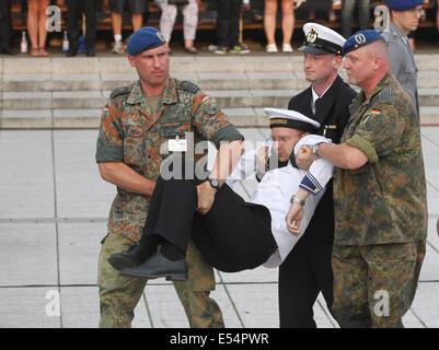 Dpa) - eine Gruppe von Rekruten der Bundeswehr (Armee) tragen Typ ... | {Arzt bundeswehr 61}