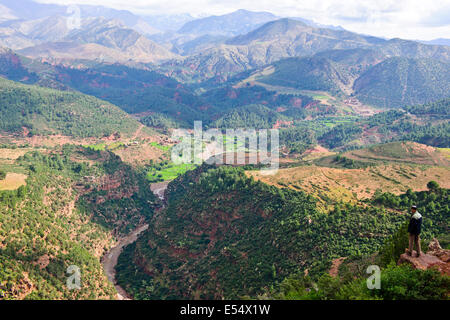 Tizi-n-Ait-Imguer Pass & Canyon, Stände verkaufen lokale marokkanische Kunst, Kunsthandwerk, hoher Atlas, Marokko - Stockfoto