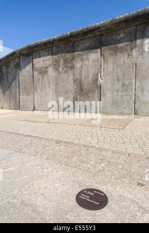 Gedenktafel an der Gedenkstätte Berliner Mauer, Berlin Mitte, Deutschland - Stockfoto
