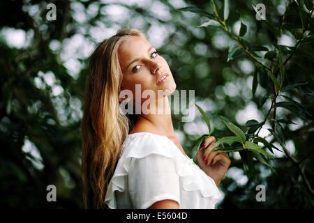 Porträt der jungen Frau, Blick in die Kamera