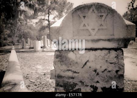 Ein Davidstern markiert den Grundstein einer Grabstätte auf dem Bonaventure Cemetery in Savannah, GA, USA - Stockfoto