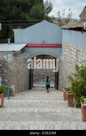 Ein Tourist ist hinunter die Treppe Eingang des griechisch-orthodoxen Metropoliten Kirche in Nazareth, Israel - Stockfoto