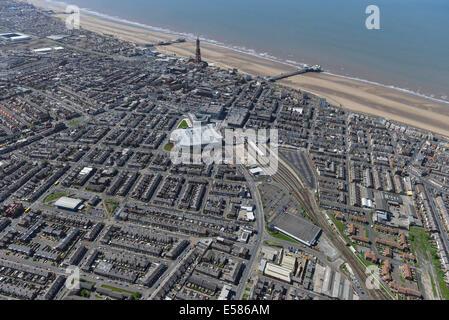 Eine Luftaufnahme von Blackpool in Lancashire, zeigt die Stadt, Bahnhof, Strand, Piers und Turm. - Stockfoto