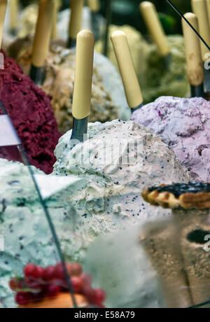 Eine Vielzahl von Eis Aromen im Anbieter Shop, Florenz, Italien - Stockfoto
