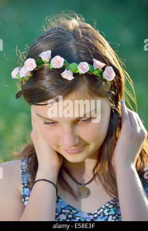 Porträt schöne Mädchen mit Kranz aus Blumen