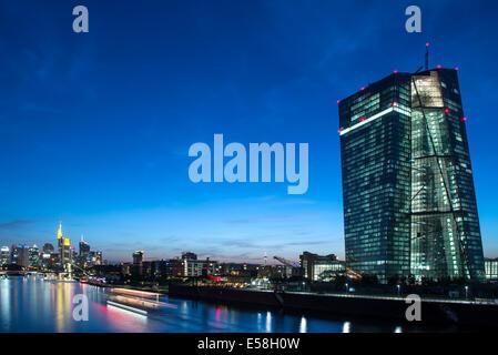Frankfurt am Main, Skyline mit neuen europäischen Central Bank Building in der Nacht - Stockfoto